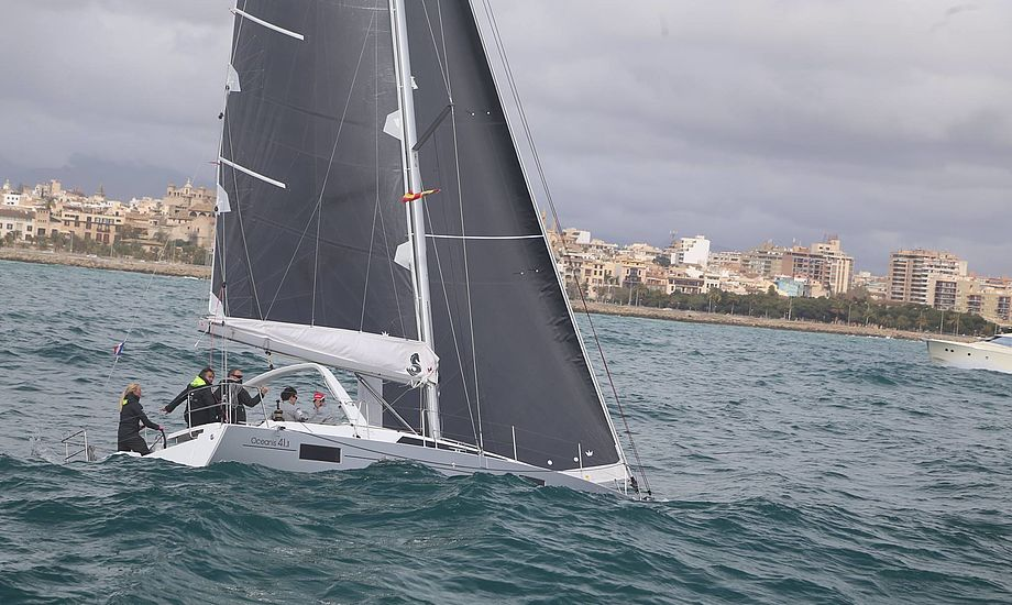 Store bølger på Mallorca gik godt for den franske båd. Fotos: Troels Lykke