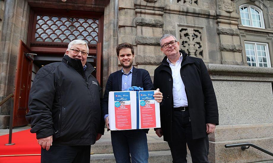 Andreas Steenberg, Radikale Venstres medlem af skatteudvalget (i midten), fik overrakt 9900 underskrifter fra utilfredse lystsejlere af Poul Erik Jakobsen, formand for Danske Tursejlere (til venstre) og Jesper Højte Stenbæk fra Dansk Erhverv.