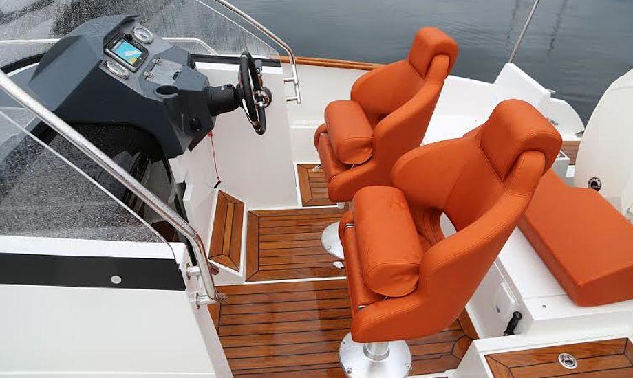 Førersædet er vældig polstret og med god rygstøtte i OceanMaster 630. Det samme er co-pilotsædet ved siden af. Foto: Troels Lykke
