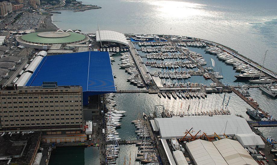 Det regnede i går og fly kunne i perioder ikke lande i byen da det tordnede, men nu skinner solen i Genua.