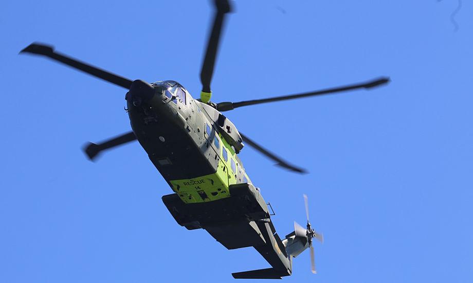 Kl. 12.54 fandt helikopteren de nødstedte, og en redder var nede hos to af familiemedlemmerne. En civil båd, der var i nærheden, hjalp de to andre i vandet. Foto: Troels Lykke