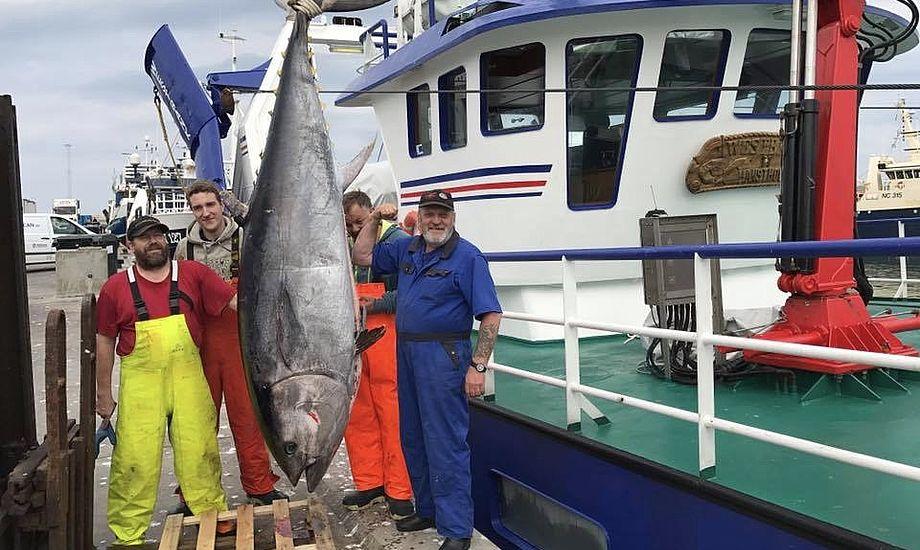 De stolte fiskere på Westbank HM424 viser her deres guldfangst på 262 cm. Foto: Privatfoto