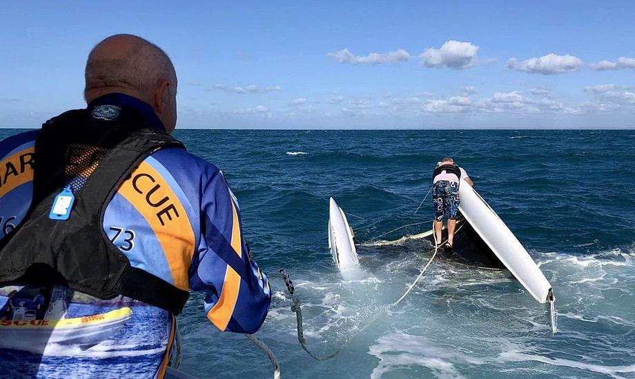 Redningsfolkene var efterfølgende i stand til at vende jollen. Foto: Marine Rescue Hervey Bay