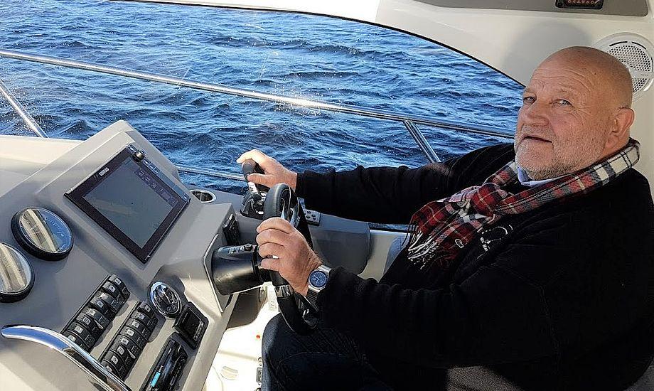Henrik Reese ses her under en Marex-test til motorbaadsnyt.dk. Firmaet i Aabenraa sælger bl.a. også Targa, Hanse og Dehler-både. Foto: Troels Lykke
