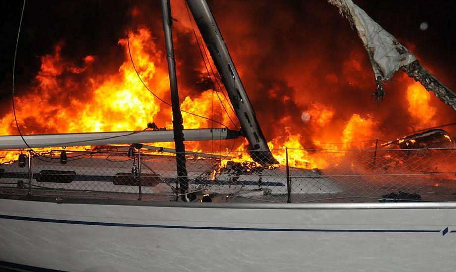 Bavaria-sejlbåd brænder her i Ishøj Havn i dag. Der er skader for millioner. Foto: Michael Rosengaard, www.brand-ishoj.dk