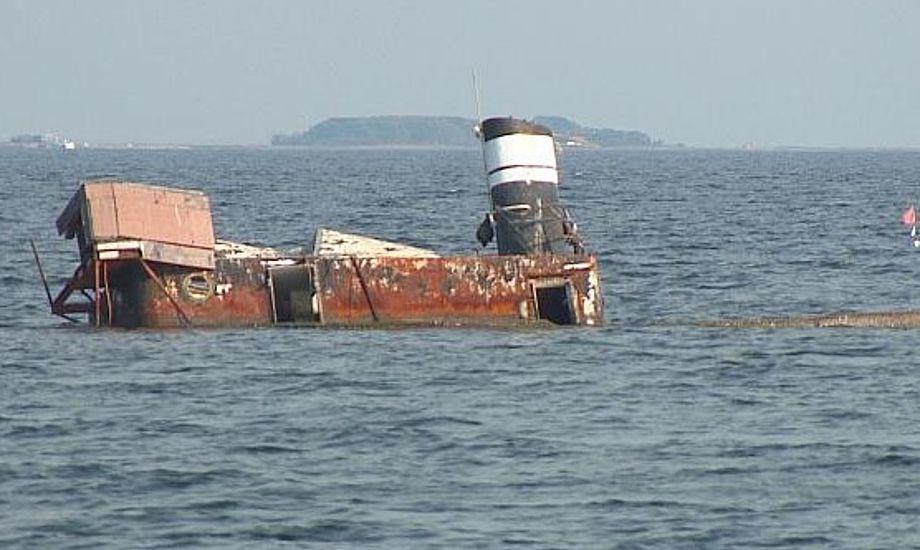 Under forårsstormen Carl i 2014 stødte den gamle slæbebåd Idun på grund, og har lagt der lige siden. Foto: TV2LORRY.