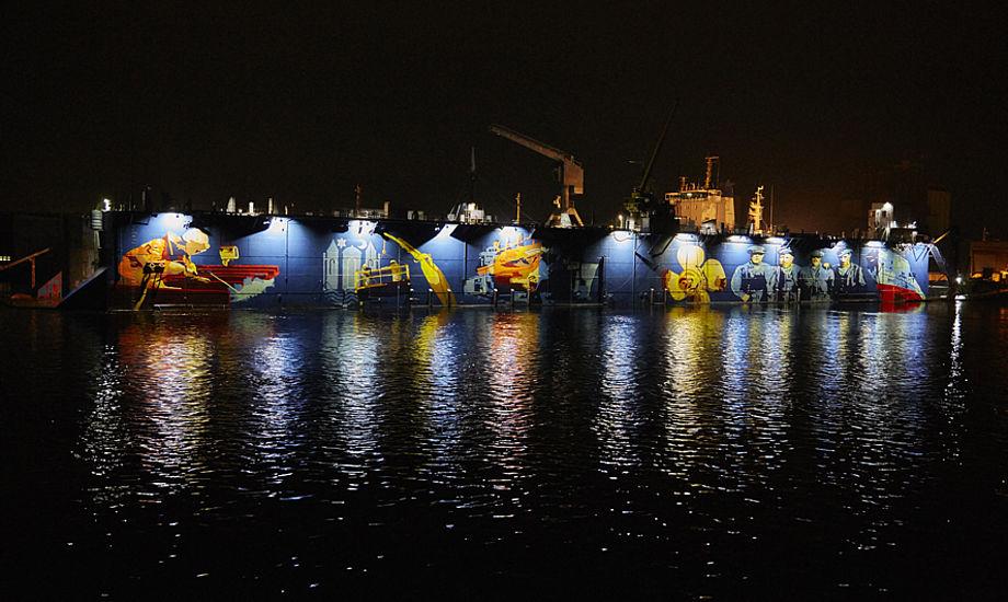 Kunstværket fik i bogstaveligste forstand lys over sig, da borgmester Lars Erik Hornemann trykkede på knappen søndag aften. Foto: Lars Axel Andersen, Svendborg Kommune.