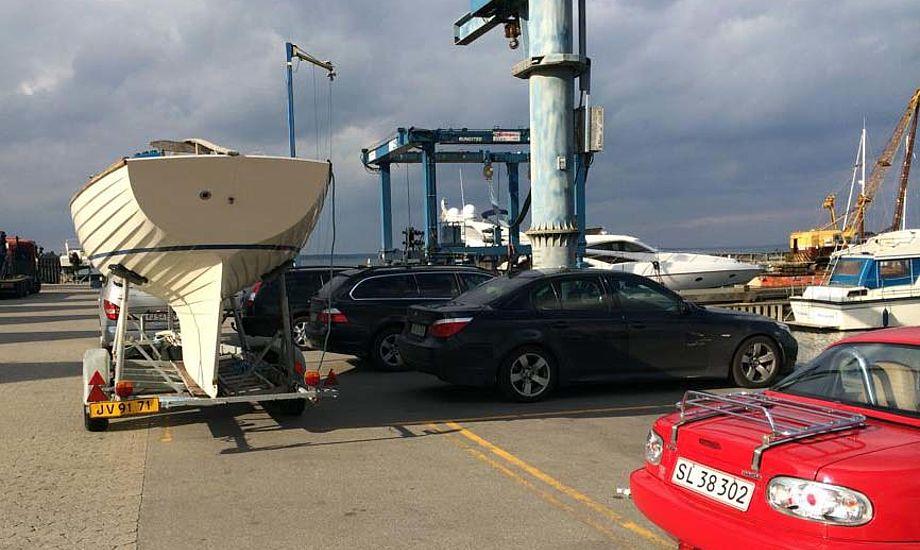 Hvordan skal denne Folkebåd kunne komme i vandet, når bilerne holder ulovligt ved kranen i Rungsted? Foto: Michael Møller