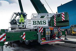 En muskuløs BMS-mobilkran og to ledsagevogne var på Miljøstyrelsens regning kørt til Svendborg, da miljøskibene skulle op. Hvert skib vejer 44 ton, fortalte kranføreren. Foto: Søren Stidsholt Nielsen