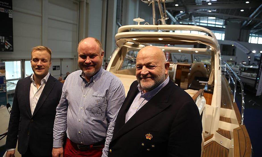 Fra venstre ses Kasper Reese, Michael Hohman og Henrik Reese foran en Marex-båd i Hamborg 2015. Foto: Troels Lykke