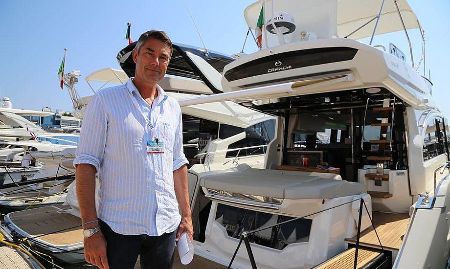 Martin Rasmussen viser rundt på den italienske Chranchi 52 under Cannes Boat Show. Foto og video: Troels Lykke