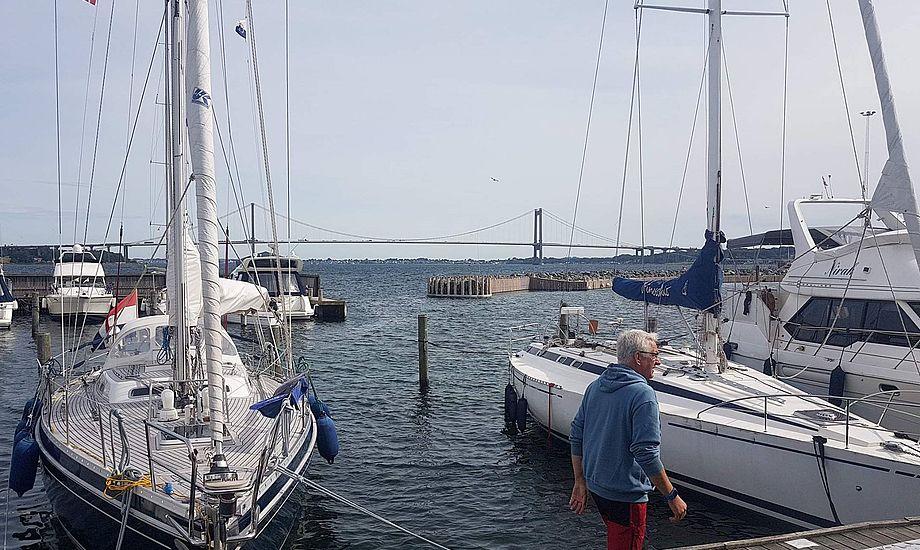 Fantastisk udsigt er der i den private marina i Middelfart, hvor bilerne kan høres i nordlig vind, hvis ikke riggene hyler som lige nu. Fotos: Troels Lykke