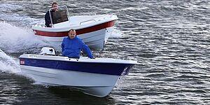 Den lille Selva 4,5 fører her foran Selva 4,8. Begge sejler lige hurtigt, selvom den mindste båd sejlede med en 15 hk motor og den store med 25 hk. Fotos: Troels Lykke