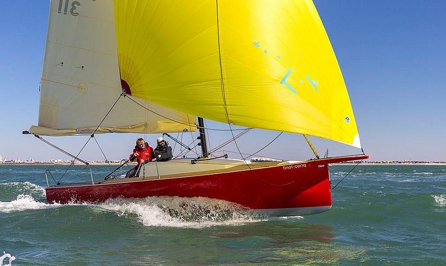 Den franske båd er et oplagt bud på sejlglæde, også langt fra Danmark, da den 800 kilo båd har vippekøl er trailbar. Om læ findes fire regulære køjer. Fotos: Bertel Kolthoff
