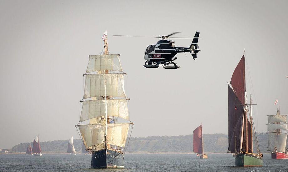 Også TV2 News' nyhedshelikopter har været i luften for at dække den flotte sejlads. Foto: Brian Amtoft, altien.dk