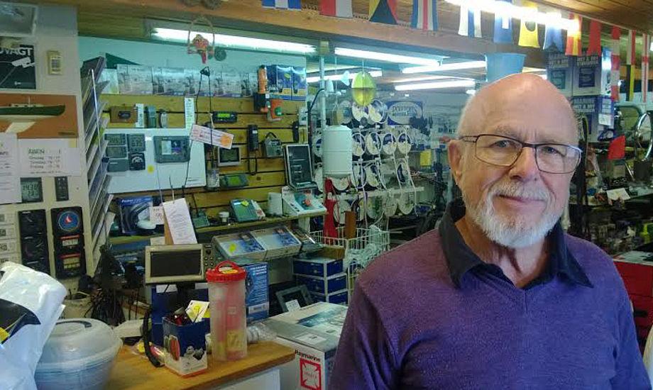 Olav Hansen ses her i sin butik, der lå tæt på Kaløvig lystbådehavn. Foto: Troels Lykke