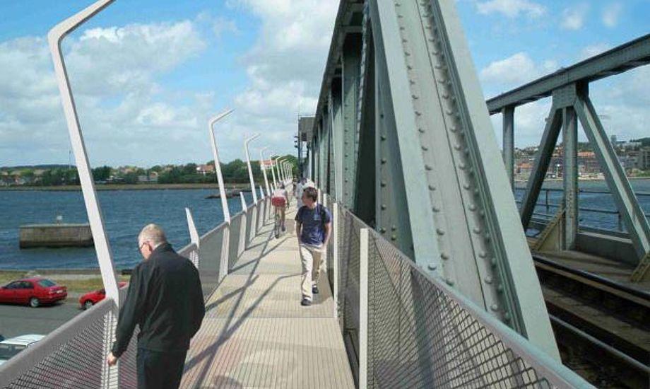Det kan tage op til et halvt år, før togene igen kan køre på jernbanebroen.foto: kulturbroaalborg.dk