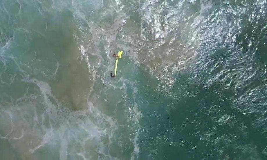 Dronen kastede en oppustelig redningskrans ned til drengene. Foto: New South Wales Government.