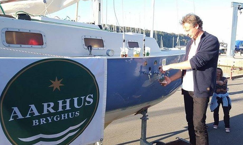 Sådan serverer man fadøl, hvis man er en rigtig sejler. Bor hullet over vandlinjen, er vores råd. Foto: Torben Precht-Jensen