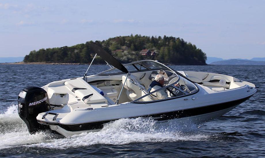 Stingray 214 LR er vældig sporty at sejle. Selv med en mindre 115 hk Mercury var optrækket rigeligt til minmotorbaad.dk. Topfarten var 33 knob. Fotos: Troels Lykke