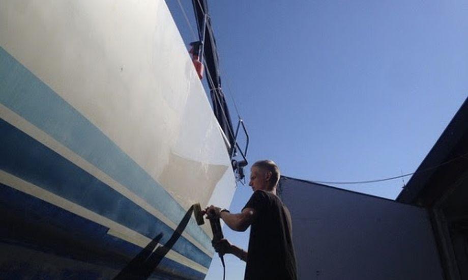 Vaskes båden i sæsonen, opfordrer Anders Jessen fra Watski sejlere til at bruge enboatshampoo, da denne ikke fjerner voksen. Foto: Watski