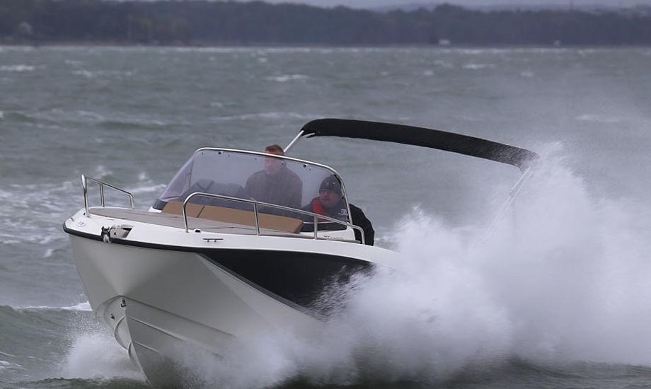 Bølgerne blev skubbet helt fint ud til siden, så længe vi sejlede lige mod bølgerne ud for Rungsted. Fotos: Troels Lykke