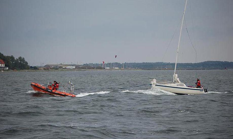 Hjemmeværnet bugserer en grundstødt kølbåd i havn. Arkivfoto: Hjemmeværnet