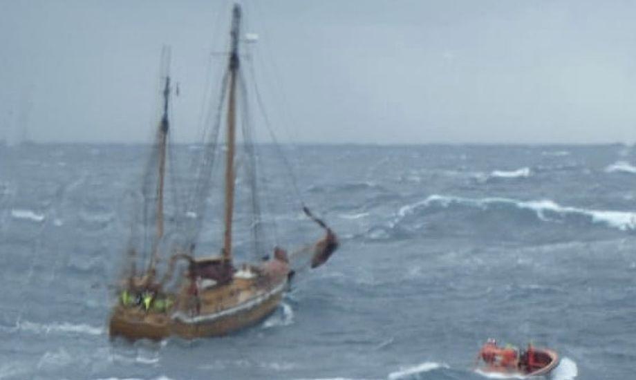 Den norske sejlbåd måtte desværre efterlades under redningsaktionen. Foto: Esvagt