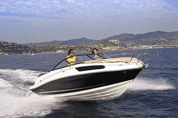 Bayliner VR5 Cuddy kan sejle op til 38 knob. Foto: PR-foto