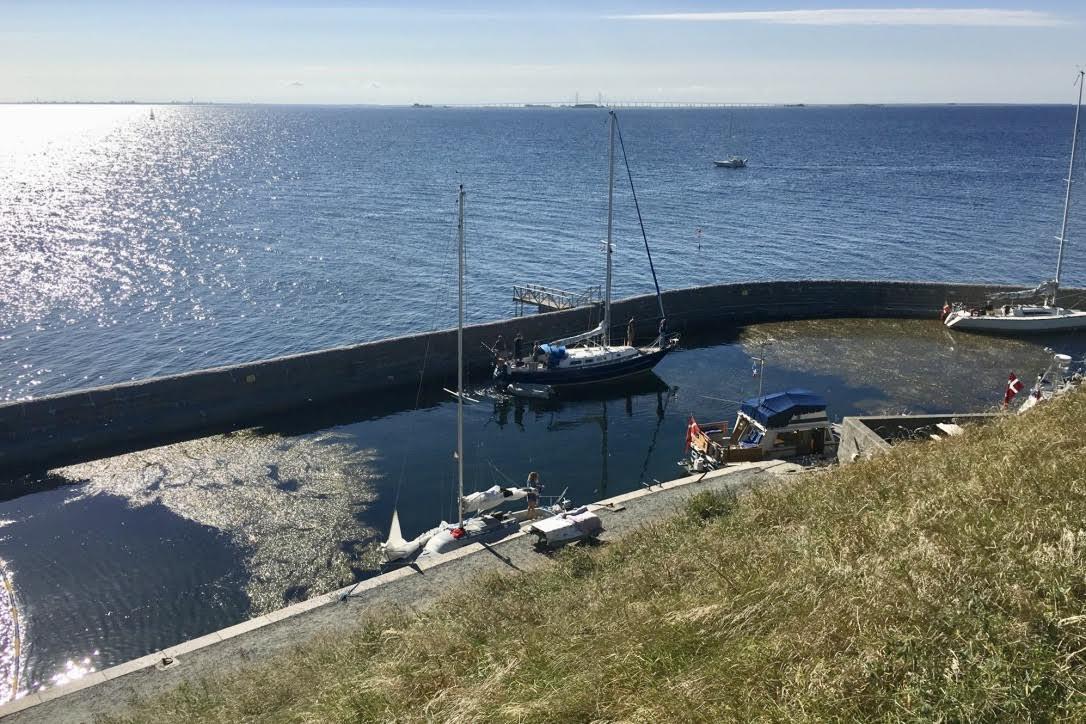 I weekenden ligger typisk 10-20 både ved Flakfortet. Til gengæld er der folk i samtlige af bådene, da der ikke er fastlæggere på øen. Foto: Lars Engelsby Mosbech