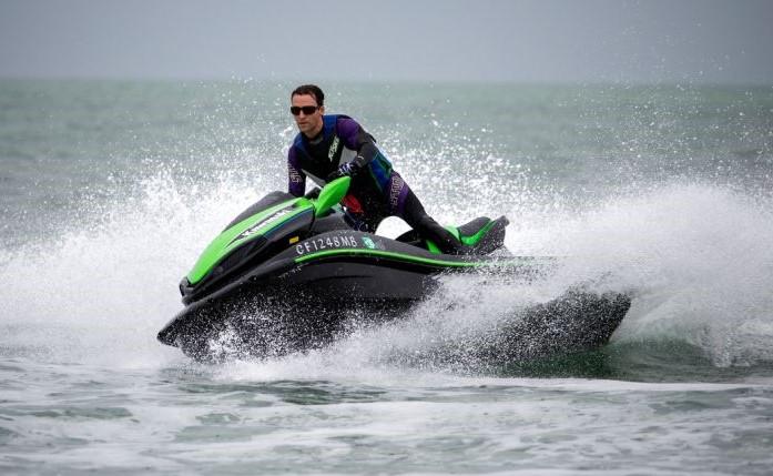De hurtige vandscootere og jetski indbyder til underholdende sejlads, men kan samtidig hurtigt blive til fare for omkringliggende sejlere og badere. Arkivfoto