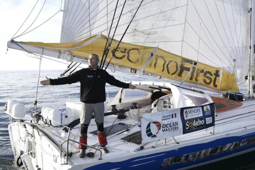 Sébastien Destremau ombord på sin IMOCA 60, 'TechnoFirst–faceOcean'. Foto: Vendée Globe